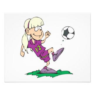 fille mignonne donnant un coup de pied le ballon d prospectus 11,4 cm x 14,2 cm