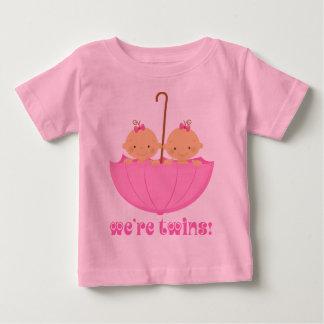 Filles jumelles dans la pièce en t de nourrisson tshirts