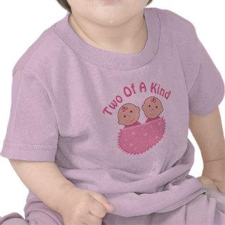 Filles jumelles dans la poche rose sur la pièce en t-shirt