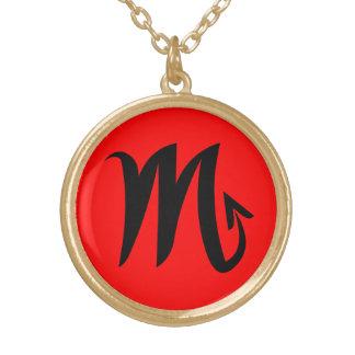 Finition rouge d'or du noir W de collier de Scorpi