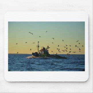 Fischerboot Mobbed durch Möven Mousepads