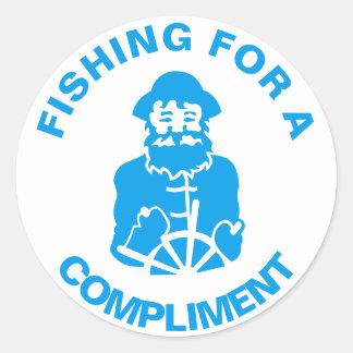Fischerei für ein Kompliment Runder Aufkleber