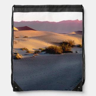 Flache Sanddünen des Süßhülsenbaums Death Valley Turnbeutel