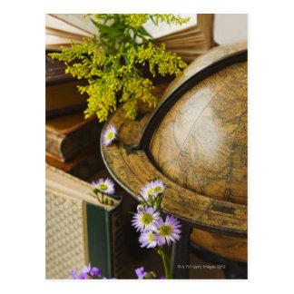 Fleurs avec le globe et les livres antiques carte postale