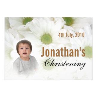 Fleurs blanches d'invitation de baptême de bébé