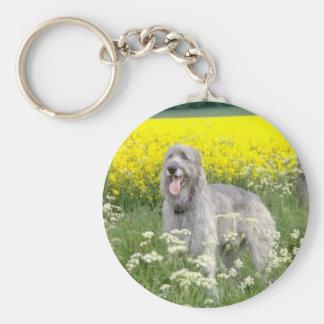 fleurs jaunes de chien-loup irlandais porte-clé rond