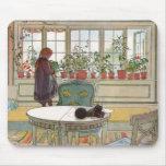 Fleurs sur le rebord de fenêtre par Carl Larsson Tapis De Souris