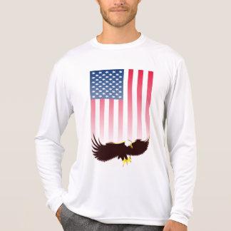 Fliegen Eagle und amerikanische Flagge T-Shirt