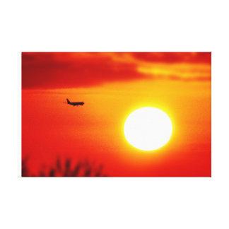 Fliegen Sie in den Sonnenuntergang - schönes Gespannte Galerie Drucke