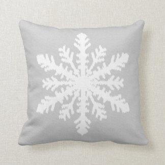 Flocon de neige d'Ikat - gris argenté et blanc Oreiller