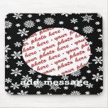 Flocons de neige sur le cadre noir de photo d'arri tapis de souris