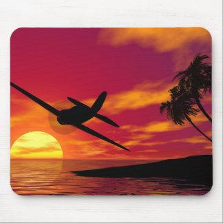 Flugzeug in einem tropischen Sonnenuntergang Mousepad