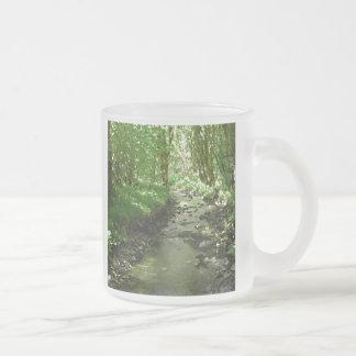 Fluss, der Waldland durchfließt Mattglastasse