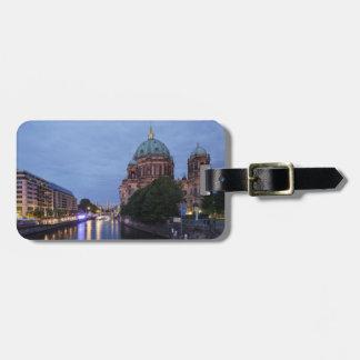 Fluss-Gelage und Kathedrale in Berlin, Deutschland Gepäckanhänger