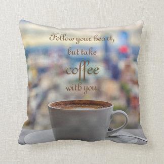 Folgen Sie Ihrem Herzen, aber nehmen Sie Kaffee Kissen