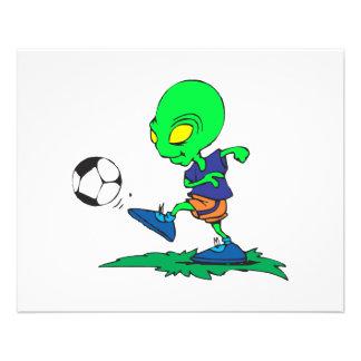 footballeur étranger drôle donnant un coup de pied prospectus 11,4 cm x 14,2 cm