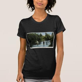 Forelle, die nahe Escanaba, Michigan Vintag fischt T-Shirt