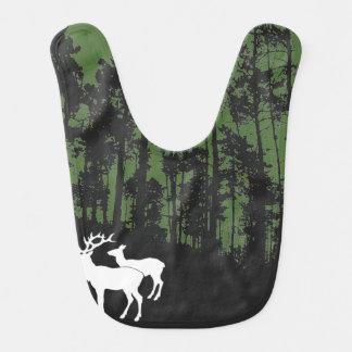 Forêt avec des cerfs communs bavoir