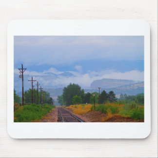 Formez les voies dans les bas nuages de montagne r tapis de souris