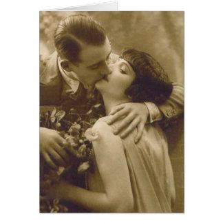 Französisches Paar küsst Karte