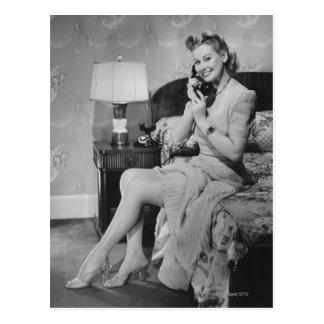Frau, die am Telefon spricht Postkarte