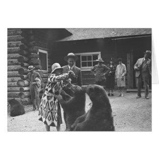 Frau, die Bären mit einer Gruppe Leuten im fron Karte