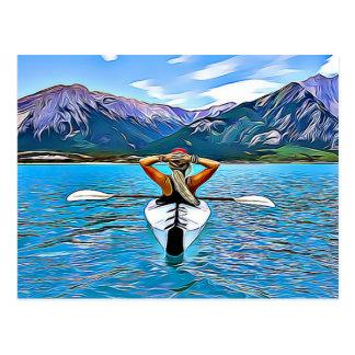Frau, die durch die Ozean-Postkarte Canoeing oder Postkarte