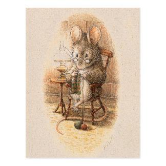 Frau Dormouse Knitting Postkarte