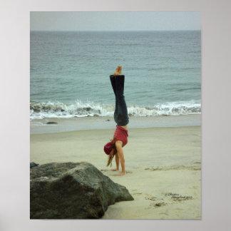 Frau Handstand-Ozean Plakat