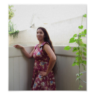 Frau mit dem langen Haar nahe bei Winden-Rebe Poster