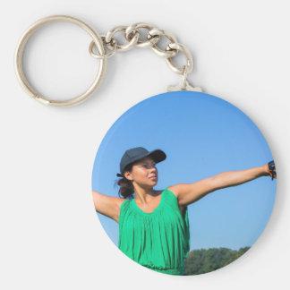 Frau mit des Handschuhs und der Kappe werfendem Schlüsselanhänger