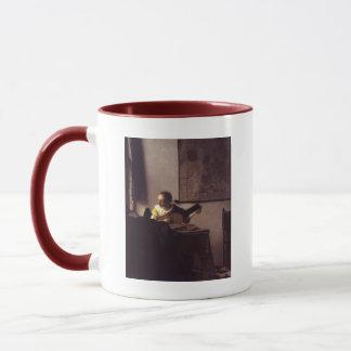 Frau mit einem Dichtungskitt Tasse