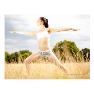 Frau tut Yoga-Ausdehnung Postkarte
