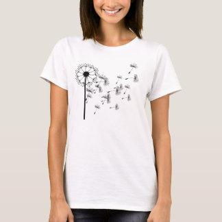 Frauen, die im Wind-Löwenzahn-T - Shirt