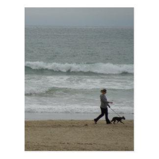 Frauen-gehender Hund an Pismo Strand, CA Postkarte