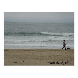Frauen-gehender Hund entlang Pismo Strand, CA Postkarte