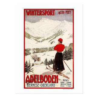 Frauen-Skifahrer, der Adelboden-Plakat übersieht Postkarte