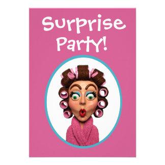 Frauen-tragendes Lockenwickler-Überraschungs-Party