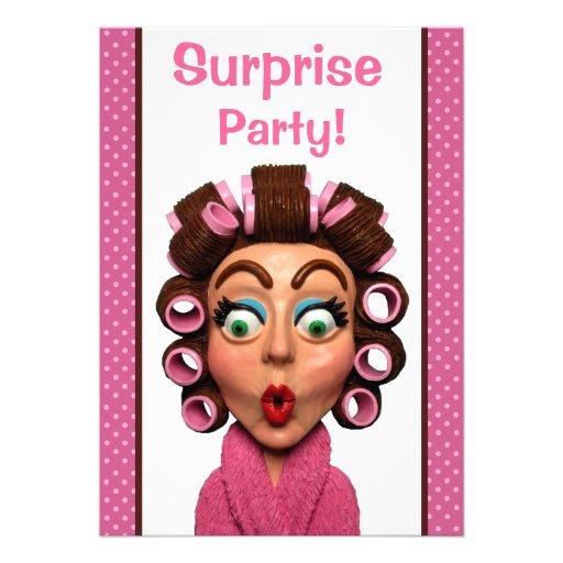 Frauen-tragendes Lockenwickler-Überraschungs-Party Personalisierte Einladungskarte