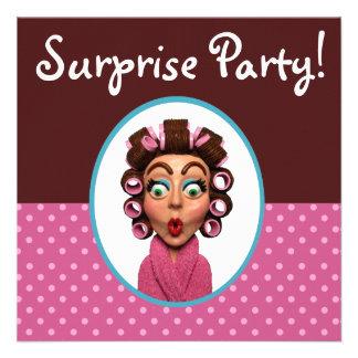 Frauen-tragendes Lockenwickler-Überraschungs-Party Einladung