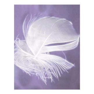 Freie fallende Feder auf lila Hintergrund Flyer