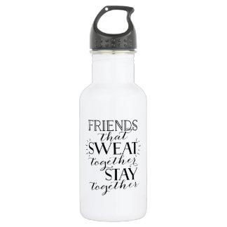 Freunde, die zusammen Wasser-Flasche schwitzten Edelstahlflasche