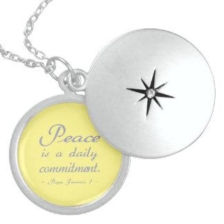 Frieden ist eine tägliche Verpflichtung Runde Medaillon Halskette