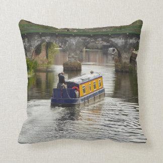 Friedlicher Kanal und Narrowboat Szene Kissen