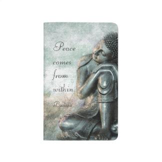 Friedlicher silberner Buddha mit Wörtern von Taschennotizbuch