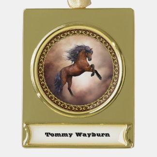 Friesisches braunes Pferd, das oben mit Banner-Ornament Gold