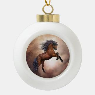 Friesisches braunes Pferd, das oben mit Keramik Kugel-Ornament
