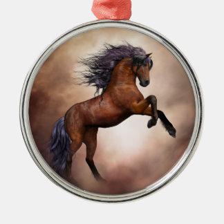Friesisches braunes Pferd, das oben mit Silbernes Ornament