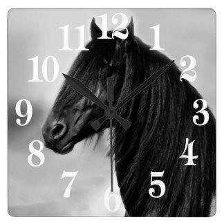 Friesisches schwarzes Stallionspferd Quadratische Wanduhr