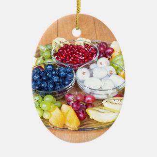 Frische Sommerfrucht der Zusammenstellung auf Ovales Keramik Ornament